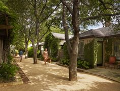 The city of Austin is vibrant and full of energy. Here is my ultimate Austin travel guide! Hotel San Jose Austin, Austin Hotels, Austin Tx, Lake Flato, Community Housing, Regal Design, Shed Roof, Courtyard House, Best Hotels
