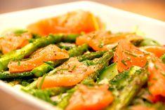 Her er opskriften på laksesalat med røget laks, og den er en fremragende og sund forret, der også laves med grønne asparges.