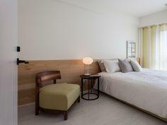 interiores minimalistas dormitorio butaca verde cuero ideas