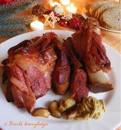Sült csülök, sokunk kedvence, remélem nem tévedek! - MindenegybenBlog Meat Recipes, Cooking Recipes, Hungarian Recipes, Hungarian Food, Chicken Wings, Sausage, Bacon, Food And Drink, Pork