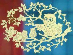 """Kunstvoll geschnitztes Fensterbild """"Eulenfamilie"""" aus Pappelsperrholz. Eine wachsame Eulenmama mit ihren winzigen Eulenkindern im Blättergeäst. Höhe 18 cm."""