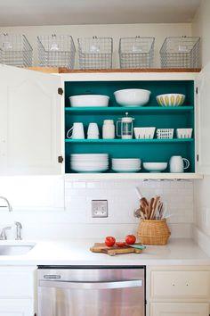 Se liga na dica! Que tal colorir o interior dos armários da cozinha para dar mais alegria e estilo ao ambiente? Criatividade é um ponto chave na hora de decorar!