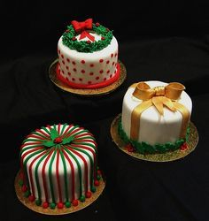 ~ It's a Colorful Life ~ — Christmas in Red, Green and Gold Mini Christmas Cakes, Christmas Cake Designs, Christmas Cake Decorations, Christmas Minis, Christmas Sweets, Holiday Cakes, Christmas Cooking, Christmas Goodies, Xmas Cakes