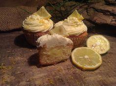 Leckere Cupcakes mit einer fruchtigen Füllung aus einer gekochten, köstlichen Zitronencreme und einem Topping aus weißer Schokolade und Schmand