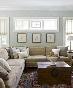 joli-salon-avec-canapé-bleu-foncé-tapis-coloré-dans-la-salle-de ...