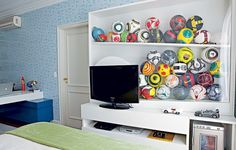 O dono deste quarto, um menino de 11 anos com uma enorme coleção de bolas de futebol, queria um espaço para guardar e expor sua paixão. A arquiteta Sabrina Matar desenvolveu uma estante que reúne TV, videogame e os brinquedos em um só lugar