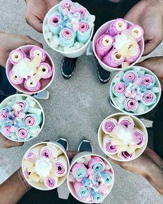 Roll Up Ice Cream, Ice Roll, Ice Cream Candy, Köstliche Desserts, Delicious Desserts, Dessert Recipes, Yummy Food, Yummy Treats, Sweet Treats