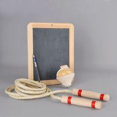 Uma viagem através do tempo com um cabaz de brinquedos tradicionais fabricados artesanalmente. O Pião de madeira com o cordel, conhecido por baraça ou faniqueira, é um brinquedo muito antigo e já foi um dos jogos mais populares entre os rapazes. O Quadro em lousa/ardósia e madeira, de dupla face, onde se escreve com um lápis de ardósia ou giz, o que o torna ideal para escrever recados ou para brincar. A Corda de saltar muito resistente com punhos em madeira, para recuperar a tradição de…
