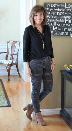 Cyndi Spivey from Grace + Beauty loves wardrobe classics but also like adding trendy pieces such as camo pants into the mix. Fall Fashion Trends, Winter Fashion, Fashion Spring, Fall Outfits, Fashion Outfits, Fashion Tips, Women's Fashion, Fashion Styles, Ladies Fashion