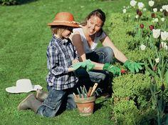 Ackern in Zeiten der Wirtschaftskrise. Auf Balkons und in Gärten wird gesät, gepflanzt, gelebt wie nie zuvor. Was uns gerade jetzt zurück zur Natur treibt.  http://www.fuersie.de/wohnen/garten/artikel/die-neue-lust-aufs-land