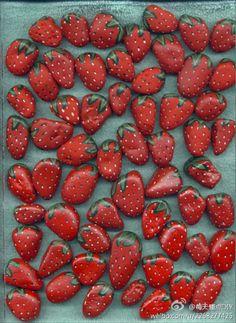 Steine als Erdbeeren anmalen und zwischen die erdbeerpflanzen legen. Damit hält… Paint stones as strawberries and place them between the strawberry plants. This keeps birds away from the plants Strawberry Beds, Strawberry Plants, Strawberry Patch, Strawberry Garden, Grow Strawberries, Strawberry Drawing, Strawberry Wedding, Strawberry Picking, Fruit Plants