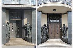 Návštěvník zaznamená první změny již při vstupu do galerie. Nová podoba vchodu je vpravo.