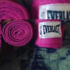 Presentinho! #bandagem #everlast #luta #muaythai #amo #treinar #secar #definir #mma #sqn #esporte #exercitarcorpoemente #exercitarocorpo #xoestresse #debemcomigo #bandagemeverlast #ra #segundachegando by prismelmel