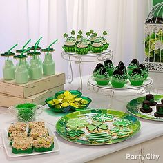 Set out a table o' treats for your St. Paddy's Day celebration! Click through for all green cupcakes, cookies, & more ideas!