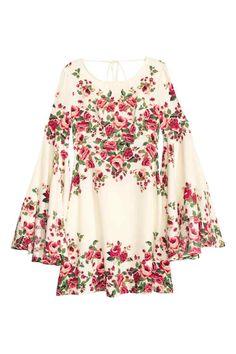 """Платье с широкими рукавами: Короткое плать из воздушной ткани с набивным рисунком. У платья рукава """"колокол"""" и отрезная талия. Сзади глубокий вырез с завязками на шее. Юбка расклешена. Без подкладки."""