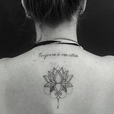 Tatuagem criada por Claudia Tiemi de São Paulo. Flor de lótus delicada nas costas. #tattoo #tattoo2me #tatuagem #art #arte #delicada