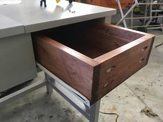 Free and easy DIY plans for how to build a flip top vanity with a hinged top. This great looking DIY vanity is functional and easily conceals all the mess. Diy Makeup Vanity Plans, Diy Makeup Vanity Table, Vanity Tables, Makeup Vanities, Vanity Ideas, Bathroom Vanities, Woodworking Projects Diy, Wood Projects, Shower Tile Designs