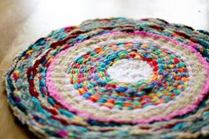 flax & twine: Woven Finger-Knitting Hula-Hoop Rug DIY Use those piles and piles of finger knitting to weave this simple, yet beautiful finger knitting hula hoop rug. Great entry weaving project for kids! Hula Hoop Tapis, Hula Hoop Rug, Finger Knitting, Arm Knitting, Weaving Projects, Knitting Projects, Knitting Tutorials, Diy Tapis, Cool Rugs