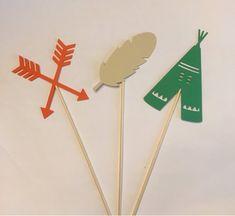Este listado está para un 3 piezas conjunto de decoraciones tema Tribal. Utilizar estos para primeros de la torta o en centros de mesa para tu fiesta. ¡Es el toque final perfecto! Los centros de mesa con un palo de brocheta larga de 6 pulgadas y la porción de papel de la decoración