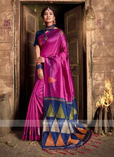 Raw Silk woven Saree... Kanchipuram Saree, Handloom Saree, Sari Fabric, Fabric Art, Designer Sarees Online, Art Silk Sarees, Looks Chic, Traditional Sarees, Party Wear Sarees
