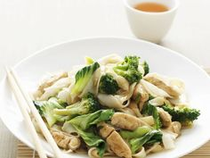 *Rice noodles with chicken and broccoli* . Vegetarian Pasta Recipes, Healthy Cookie Recipes, Broccoli Recipes, Pasta Sauce Dairy Free, One Pot Meals, Easy Meals, Cooking Ingredients, Pork Dishes, Asian Cooking