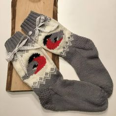 Sukista tumppuihin: Punatulkkuja Intarsia Knitting, Knitting Socks, Hand Knitting, Knitting Patterns, Handmade Clothes, Diy Clothes, Knit Art, Cozy Socks, Felted Slippers