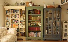 Se você não gosta de estantes, também dá para guardar seus livros dentro de um armário. Se ele tiver as portas de vidro, os livros ficam à mostra para que todo mundo fique com vontade de ler, o que é muito mais legal!                                                                                                                                                     Mais