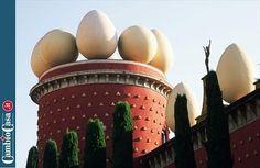 """A spasso sui tetti più pazzi del mondo.    Che frittata...    Un altro artista che è stato ispirato dal tetto di """"casa propria"""" per una sua creazione è il surrealista Salvador Dalì. A coronamento della sua carriera, Dalì ottenne di trasformare il teatro di Figueres, la cittadina della costa Brava (Spagna) che gli diede i natali, in un museo che decorò con uova giganti allineate sul tetto e una cupola di vetro."""