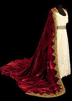 Costume porté par Maria Callas pour «Norma», opéra de Bellini, Costumes de Marcel Escoffier, Opéra Garnier, 1964 (Photo CNCS /Pascal François)