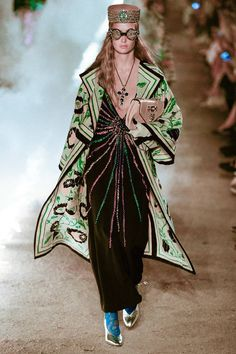 Gucci Resort 2019 Fashion Show Collection: See the complete Gucci Resort 2019 collection. Look 97 Gucci Fashion, Fashion Week, New Fashion, Retro Fashion, Womens Fashion, Fashion Tips, Fashion Design, Fashion Websites, Vogue Fashion