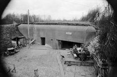 1939, Allemagne, Front de l'Ouest, Des soldats allemands assis à table à l'extérieur d'un bunker | by ww2gallery