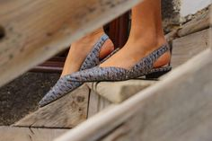 Feminine, stylish and confy sandals. Combinable with long dresses, skirts, shorts, trousers and your favorite outfit. The strap has an elastic to adapt to your feet (note that we avoid using metals such as buckles and zips as they are not biodegradable). Start your Wild and Conscious walk!
