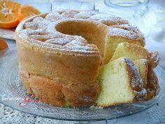 Ciambella all'Arancia, dolce da prima colazione a base di yogurt con succo e buccia di arancia nell'impasto. Senza burro soffice e dal profumo delicato