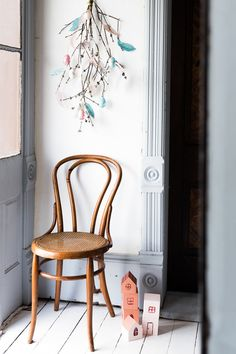 DIY instructions for a spring mobile with pastel feathers and eggs for a Swedish (or any other) Easter. diy scandinavian Swedish Easter Wall Hanging - The House That Lars Built St. Patrick's Day Diy, Easter Activities, Easter Holidays, Spring Crafts, Spring Art, Egg Decorating, Easter Party, Scandinavian Interior, Decoration