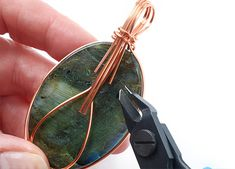 How to make a basic wirework cabochon wrap - Jewellery Making Hints and Tips Wire Jewelry Making, Jewelry Making Tutorials, Jewellery Making, Wire Wrapped Earrings, Wire Earrings, Diy Friendship Bracelets Tutorial, Wire Wrapping Tutorial, Wire Work, Metallica