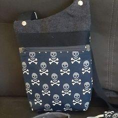 Pochette Be-Bop en jean et crânes cousue par Sylvie - Patron Sacôtin
