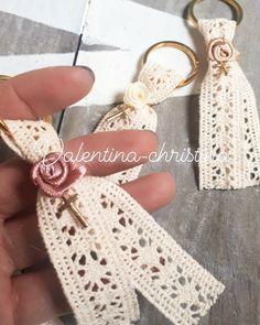 Χειροποίητα μαρτυρικά βάπτισης μπρελόκ με δαντέλα κ λουλουδάκι κάλεσε 2105157506 Christening Bracelets, Crotchet Patterns, Crafts Beautiful, Bead Crafts, Embellishments, Religion, Just For You, Jewels, Beads