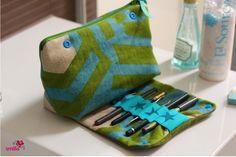 Sew cosmetic bag with integrated brush case Diy Sewing Projects, Sewing Projects For Beginners, Sewing Tips, Diy École, Diy Bags Purses, How To Make Pillows, Pencil Pouch, Small Bags, Cosmetic Bag