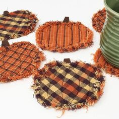 Doesn't everyone need a cute raggedy homespun plaid pumpkin coaster to sit that steamy mug of apple cider on? These little cuties can be whipped up in just an hour or so and will add a... Thanksgiving Crafts, Fall Crafts, Halloween Fabric Crafts, Pumpkin Crafts, Halloween Placemats, Fall Placemats, Halloween Patterns, Summer Crafts, Decor Crafts