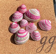 Pink and White painted shells, coastal decor, perfect for wedding favors or keepsakes for the bridal party - Decoration Home Seashell Painting, Seashell Art, Seashell Crafts, Painting On Shells, Painting Art, Rock Crafts, Diy And Crafts, Arts And Crafts, Painted Rocks