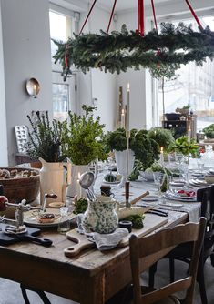 39 Weihnachten Kronleuchter Und Kronleuchter Dekor Ideen 39 Christmas Chandeliers and Chandelier Decor Ideas – Christmas is not here yet, but a perfect decor, creating an ambience and a fantastic holiday mood, preparing in advance for a … Noel Christmas, Primitive Christmas, All Things Christmas, White Christmas, Christmas Crafts, Christmas Decorations, Xmas, Table Decorations, Holiday Decor