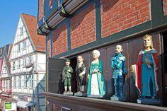 Das Celler Glockenspiel, dreimal täglich ist sein Klang zu hören. Fünf Figuren treten zum Glockenspiel hervor.