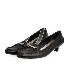 These smart and comfortable pumps are the true definition of sophistication and elegance.  ITEM CONDITION: Pre-owned – Good condition.  SUPPLIED WITH: These shoes are supplied with a Luxity dust bag.  SIZE: 40 – (UK size 7)  THE LEFT SHOE: Good condition – With normal signs of use.  THE RIGHT SHOE: Good condition – With normal signs of use. Black Pumps Heels, Kitten Heel Pumps, Prada Shoes, Dust Bag, Loafers, Signs, Elegant, Leather, Accessories