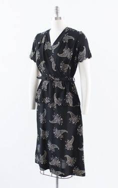 1940s Dresses, Dresses Dresses, Evening Dresses, Hourglass Dress, Hourglass Shape, All Black Fashion, Retro Clothing, Retro Outfits, White Fabrics