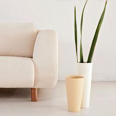A soma dos vasos Atabaque que sintetizam nossa paixão por objetos com sentido e do sofá Balle que completa os ambientes com elegância e generosidade.  #cremme #puroesimples #sofa #balle #vasos #detalhe #design #decor #homedecor
