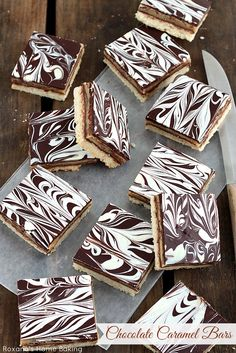Buttery shortbread topped with oozy gooey caramel and silky ganache, these layer cookie bars will cure any cravings. Caramel Shortbread, Caramel Bars, Shortbread Cookies, Cookies Et Biscuits, Chocolate Caramels, Chocolate Tarts, Chocolate Cheesecake, Blondie Brownies, Gastronomia