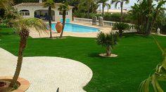 Moderner Kunstrasen für den privaten Garten mit Pool und Terrasse von RasenQueen bei www.rasenqueen.de