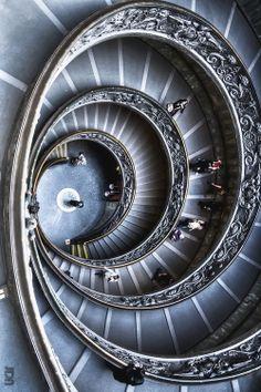 escaleras en la salida del museo del vaticano, realmente bonito diseño