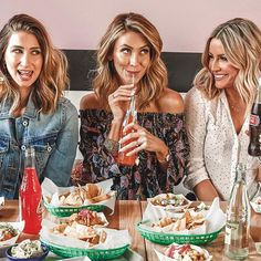 Image may contain: 4 people, people sitting, food and indoor via Boho Fashion, Girl Fashion, Blogger Tips, Blogger Style, Business Chic, Girl Gang, Outfit Posts, Fashion Pictures, Fashion Forward