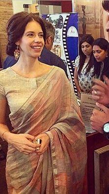 The very beautiful Kalki! In a graceful beige saree! Me Likey! Cotton Saree Blouse, Sari Blouse, Saree Dress, Saree Blouse Designs, Blouse Neck, Simple Sarees, Trendy Sarees, Indian Attire, Indian Ethnic Wear